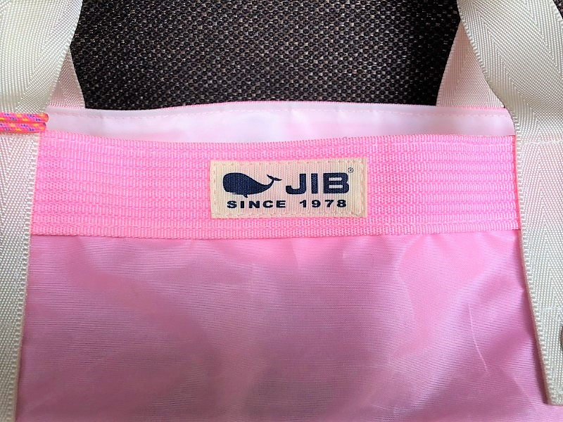 ブログ「モノオス」JIB(ジブ)で、ラバブルピンク色のトートバッグを拡大して映した写真。セイルクロスのぱりぱりした素材感を見せている。