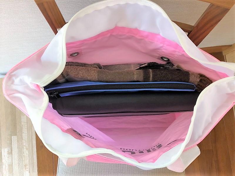 ブログ「モノオス」JIB(ジブ)で、ラバブルピンク色のトートバッグの内側を映した写真。巾着やバッグインバッグで小物をまとめている。