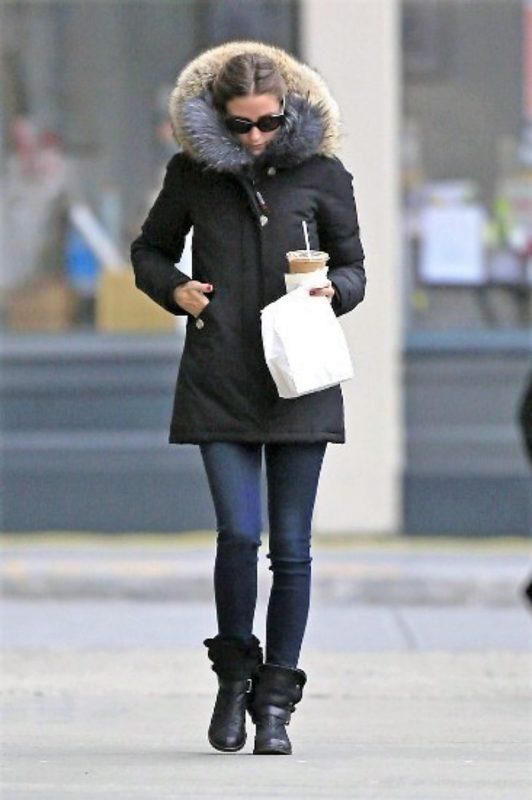 ブログ「モノオス」オリヴィア・パレルモがウールリッチを着て歩いている画像