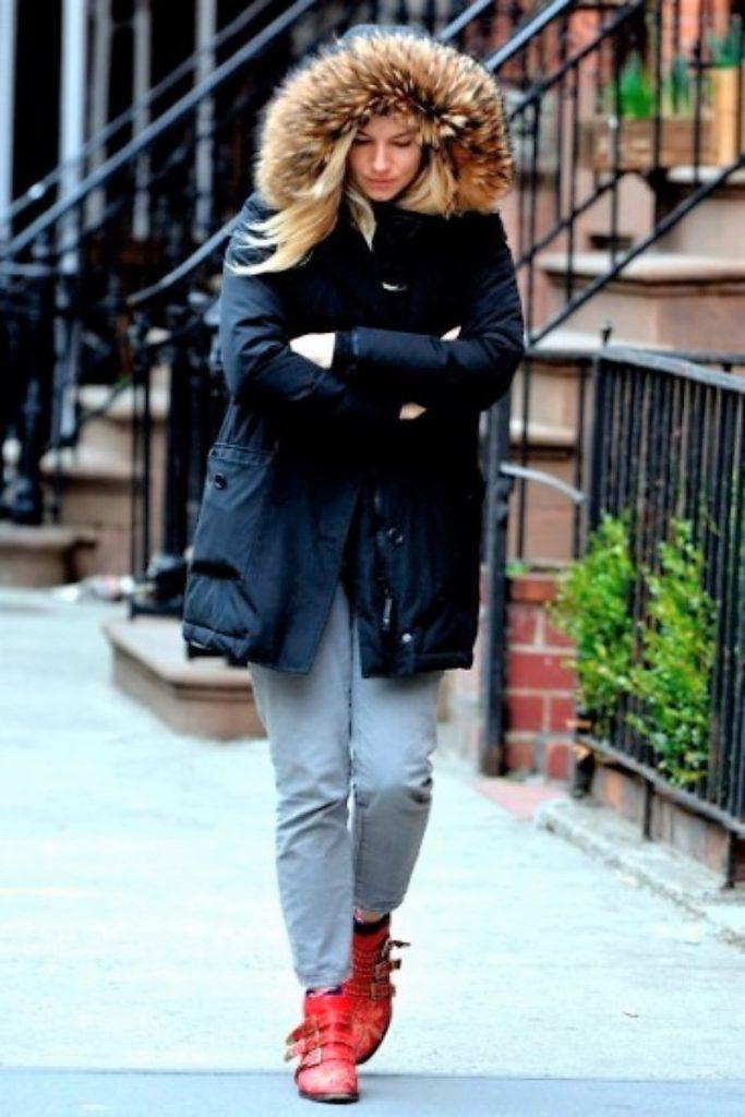 ブログ「モノオス」シエナ・ミラがウールリッチを着て歩いている画像