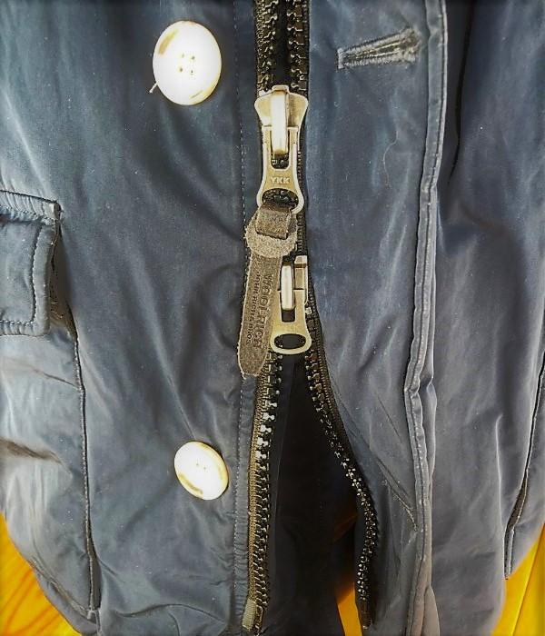 ブログ「モノオス」WOOLRICH(ウールリッチ)アークティックパーカのダブルジッパーを映した写真
