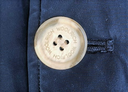 ブログ「モノオス」WOOLRICH(ウールリッチ)アークティックパーカの白いボタンを映した写真