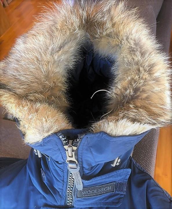 ブログ「モノオス」WOOLRICH(ウールリッチ)アークティックパーカのジッパーを上げて、頭までフードに覆われていることを見せている写真