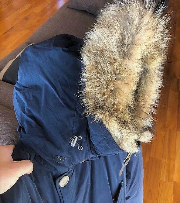 ブログ「モノオス」WOOLRICH(ウールリッチ)アークティックパーカのジッパーを上げて、フードが頭を完全に覆っていることを横から映した写真