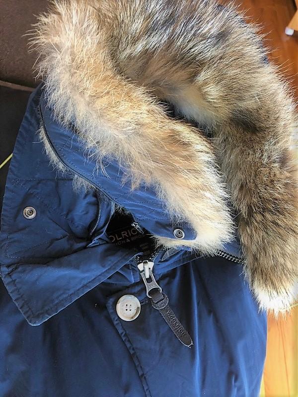ブログ「モノオス」WOOLRICH(ウールリッチ)アークティックパーカのファーを取り外して、付けるチャックを見せている写真