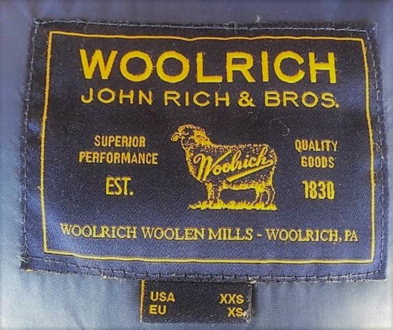 ブログ「モノオス」WOOLRICH(ウールリッチ)アークティックパーカの背襟にあるブランドタグ