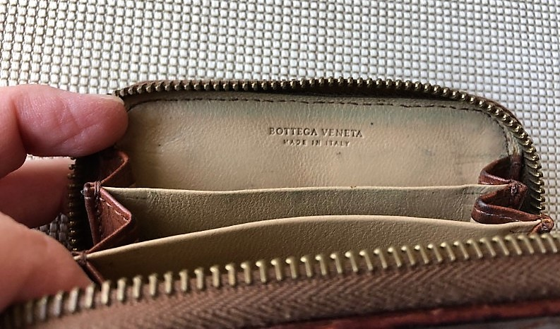 ブログ「モノオス」ボッテガ・ヴェネタ小銭入れのチャックを開けて間仕切りが3つあるところを撮った画像