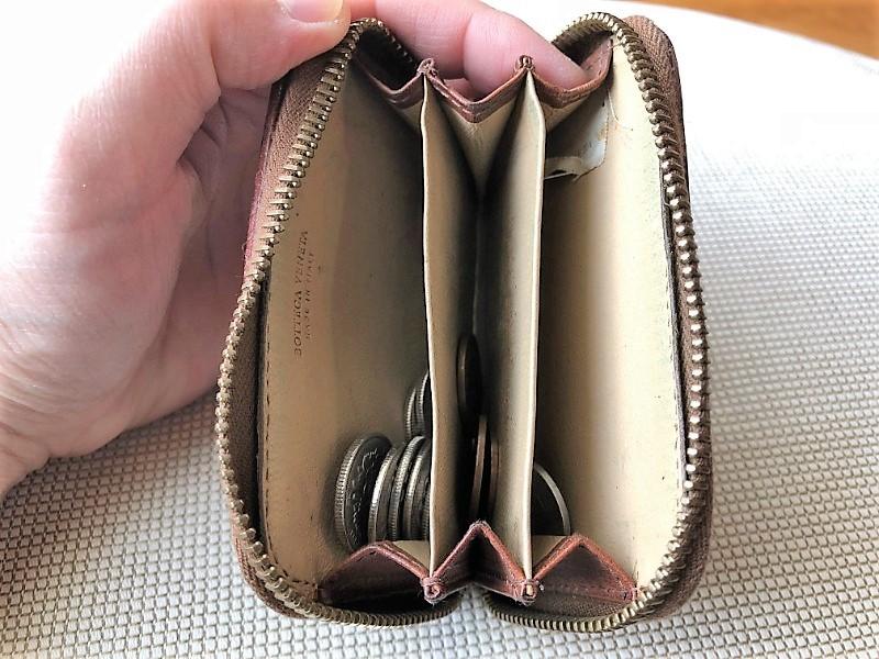 ブログ「モノオス」ボッテガ・ヴェネタ小銭入れのチャックを開けて、間仕切りに小銭を分けて入れているところを撮った画像