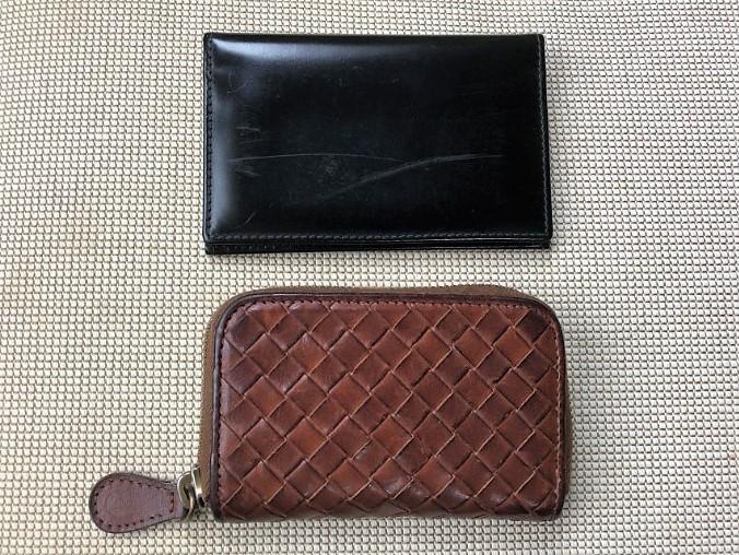 ブログ「モノオス」ボッテガ・ヴェネタ小銭入れとエッティンガーの名刺入れを上から撮った画像