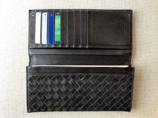 ブログ「モノオス」ボッテガヴェネタの長財布のカード入れに数枚カードが入っている写真