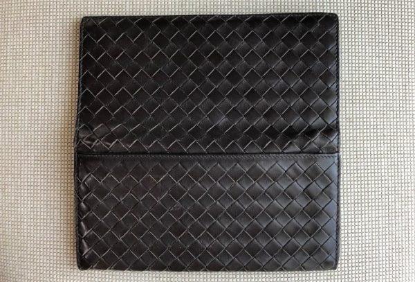 ブログ「モノオス」ボッテガヴェネタの長財布の裏面を撮った写真