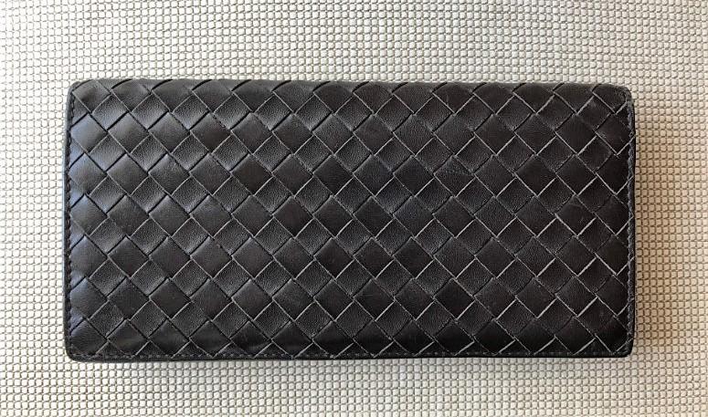 ブログ「モノオス」ボッテガヴェネタの長財布を真上から撮った写真