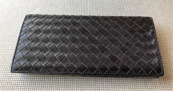 ブログ「モノオス」ボッテガヴェネタの長財布を斜め上から撮った写真