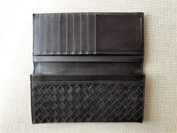 ブログ「モノオス」ボッテガヴェネタの長財布を開いて上から撮った写真