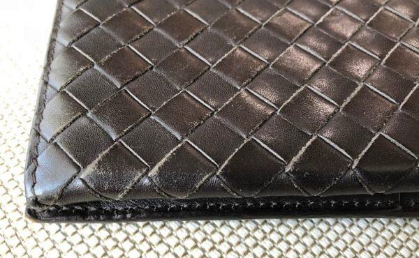 ブログ「モノオス」ボッテガヴェネタの長財布についたすり傷の写真
