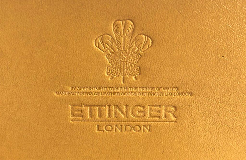 ブログ「モノオス」エッティンガーの名刺入れに刻印されたエッティンガーのロゴマークを撮った画像