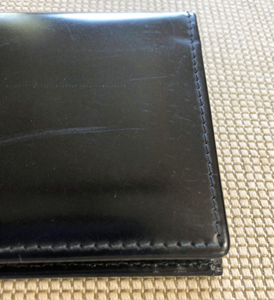 ブログ「モノオス」エッティンガーの名刺入れの革に入った傷を撮った画像