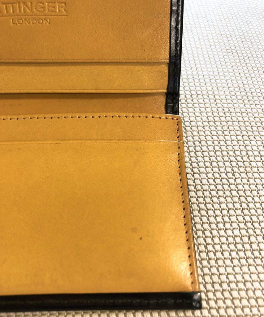 ブログ「モノオス」エッティンガーの名刺入れを開いて内側のパネルハイドイエローの革を撮った画像