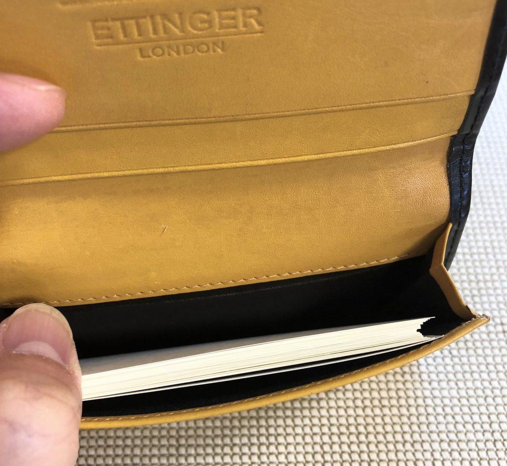 ブログ「モノオス」エッティンガーの名刺入れを開いて、名刺を25枚入れた状態を撮った画像