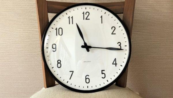 ブログ「モノオス」におけるアルネ・ヤコブセンの掛け時計ステーションのヘッダー画像