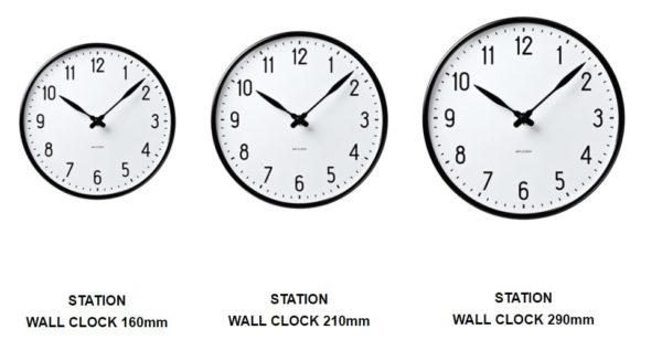 アルネ・ヤコブセンのステーションクロックの3つのサイズを撮っている画像