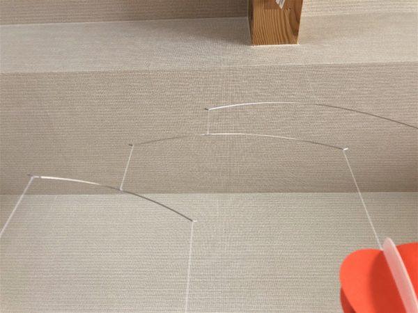 「サラサバ」フレンステッドモビール・バルーンの1つのバルーンの針金を撮った像
