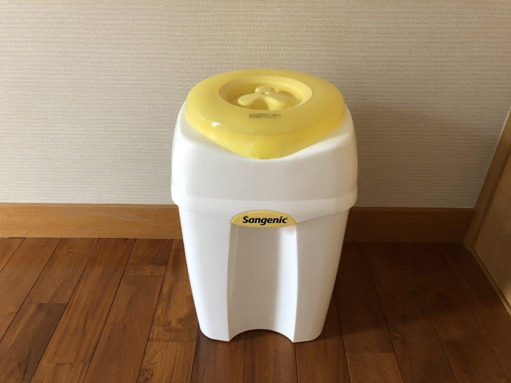 ブログ「モノオス」おむつ用ごみ箱のおむつ・クルルンポイを正面から撮った画像