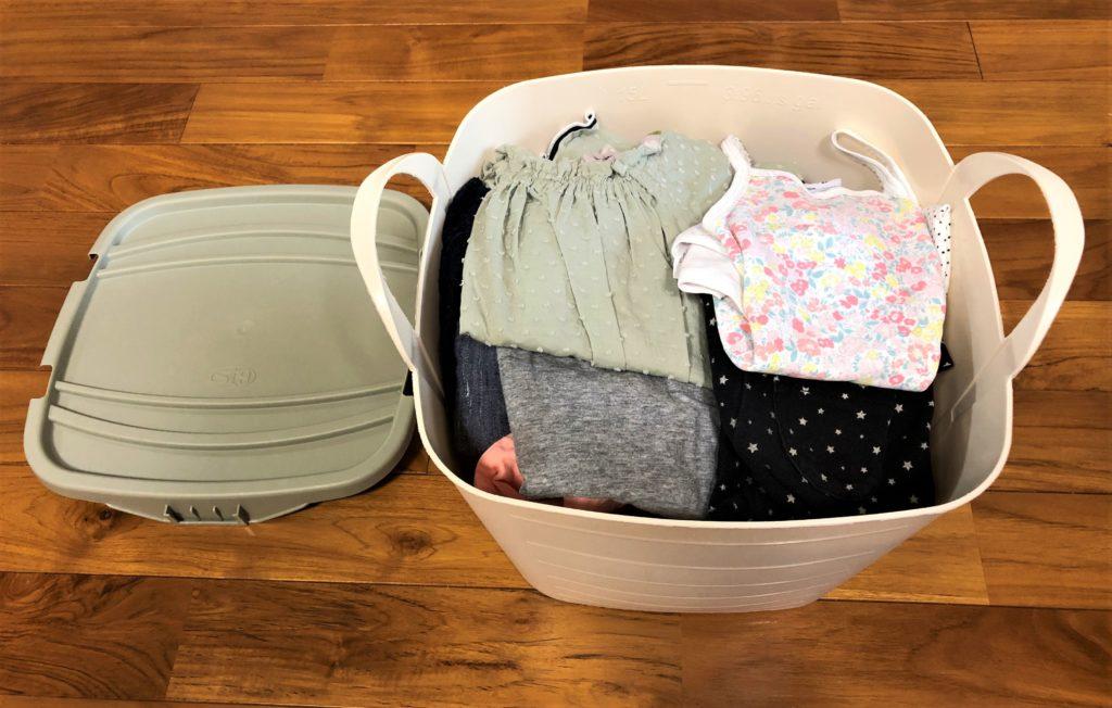 ブログ「モノオス」赤ちゃんの服が入っている正方形のスタックストーを斜め上から撮った画像