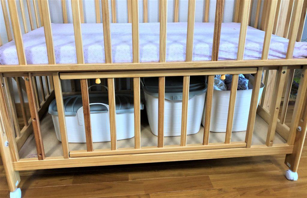 ブログ「モノオス」スタックストーをベビーベッドの下に置いているところを撮った画像