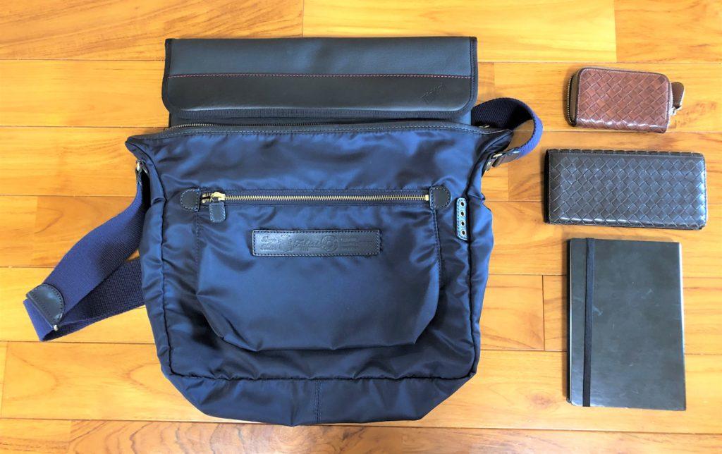 ブログ「モノオス」フェリージショルダーバッグ9362/DSと中にパソコンケースを入れつつ、他に入れるノート、ボッテガヴェネタの財布と小銭入れを撮った画像