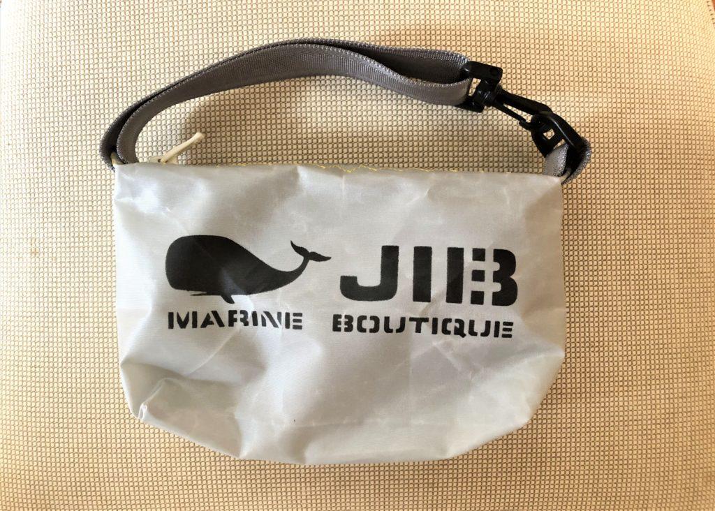 ブログ「モノオス」JIB(ジブ)のグレーのミニポーチを正面から撮った写真