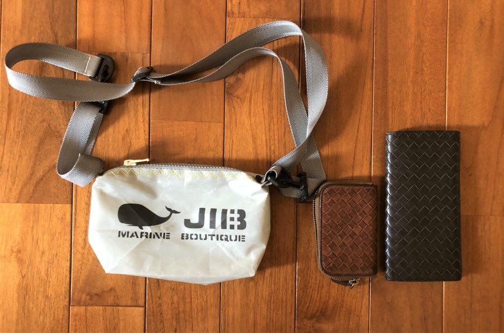 ブログ「モノオス」JIB(ジブ)のグレーのミニポーチとボッテガヴェネタの長財布と小銭入れを横並びにして撮った写真