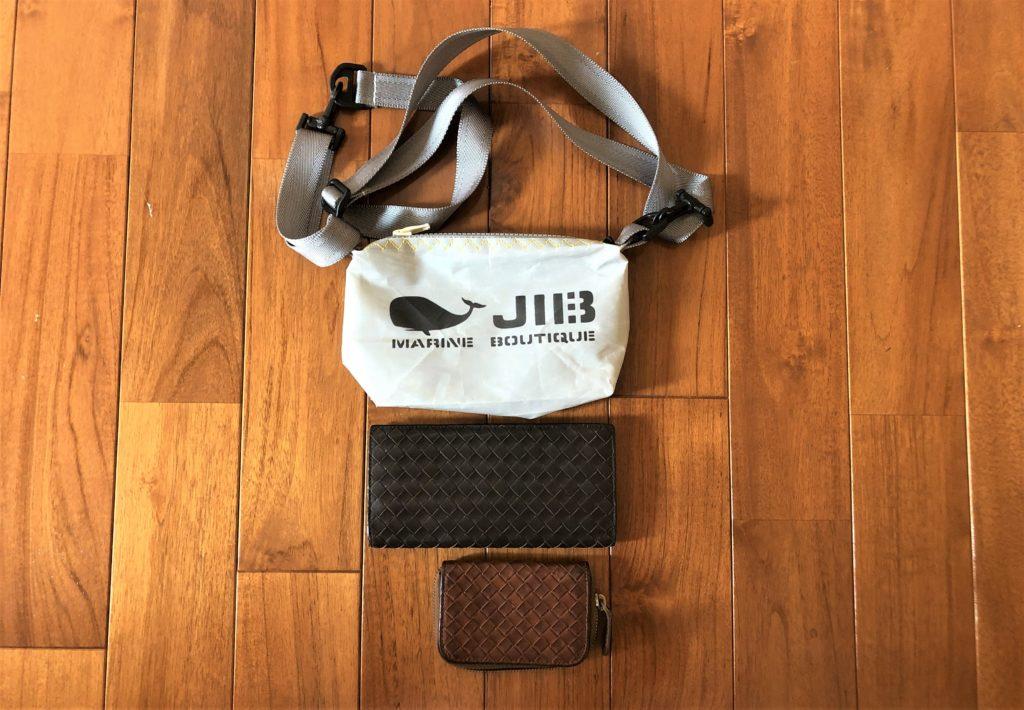 ブログ「モノオス」JIB(ジブ)のグレーのミニポーチとボッテガヴェネタの長財布と小銭入れを縦に並べて撮った写真