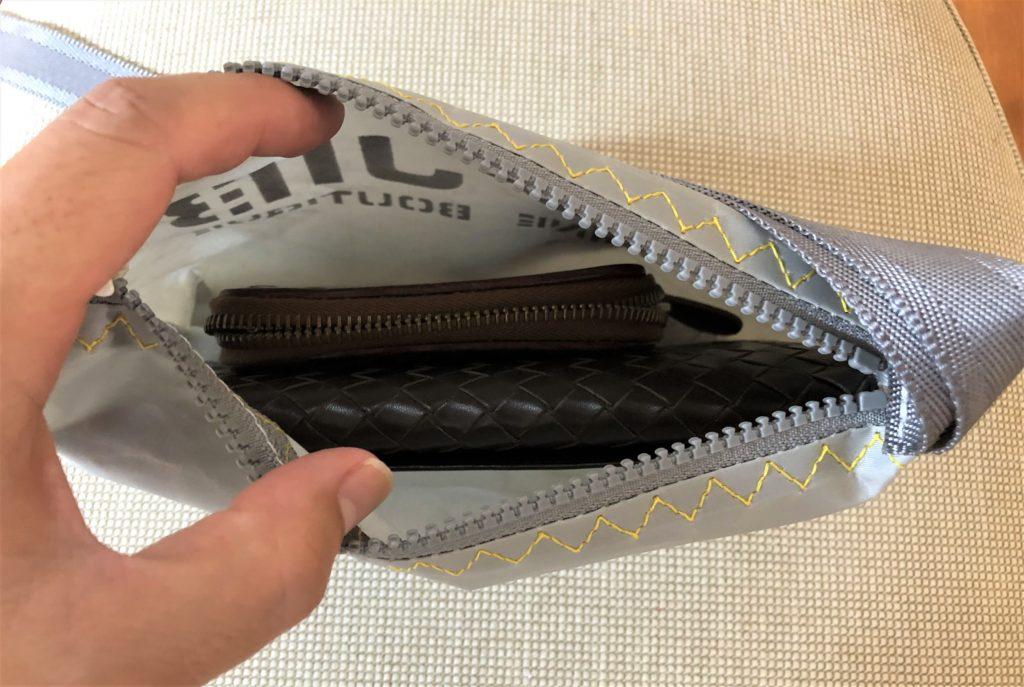 ブログ「モノオス」JIB(ジブ)のグレーのミニポーチにボッテガヴェネタの長財布と小銭入れを入れて撮った写真