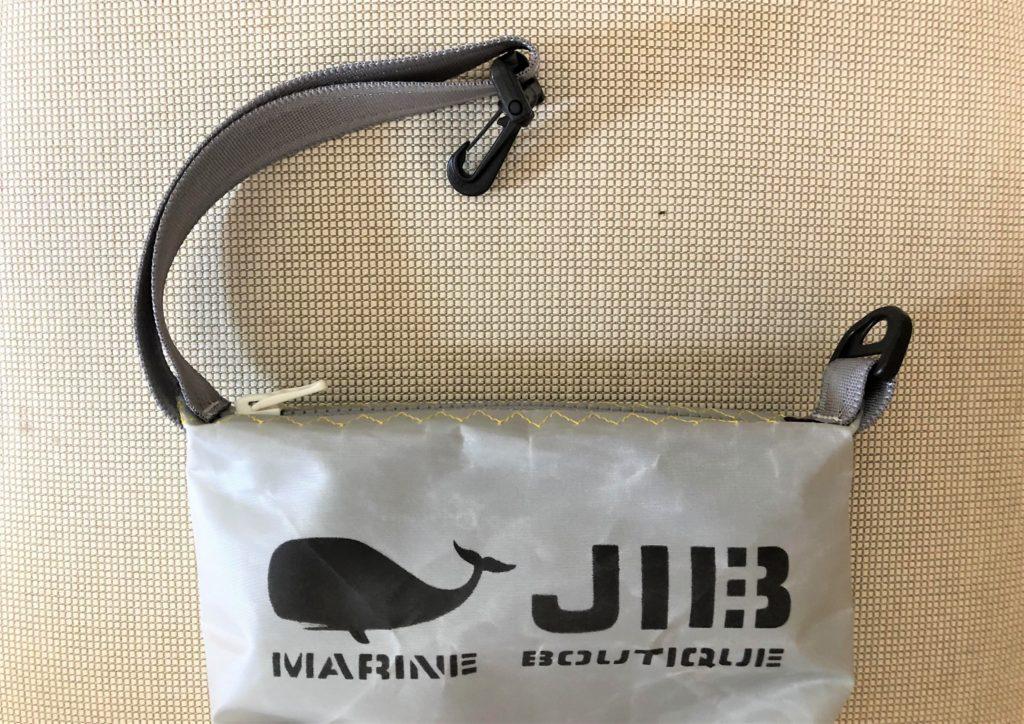 ブログ「モノオス」JIB(ジブ)のグレーのミニポーチのハンドルを外して撮った写真