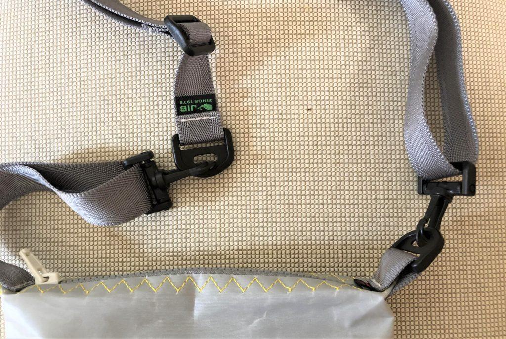 ブログ「モノオス」JIB(ジブ)のグレーのミニポーチのハンドルにストラップを付けているところを撮った写真