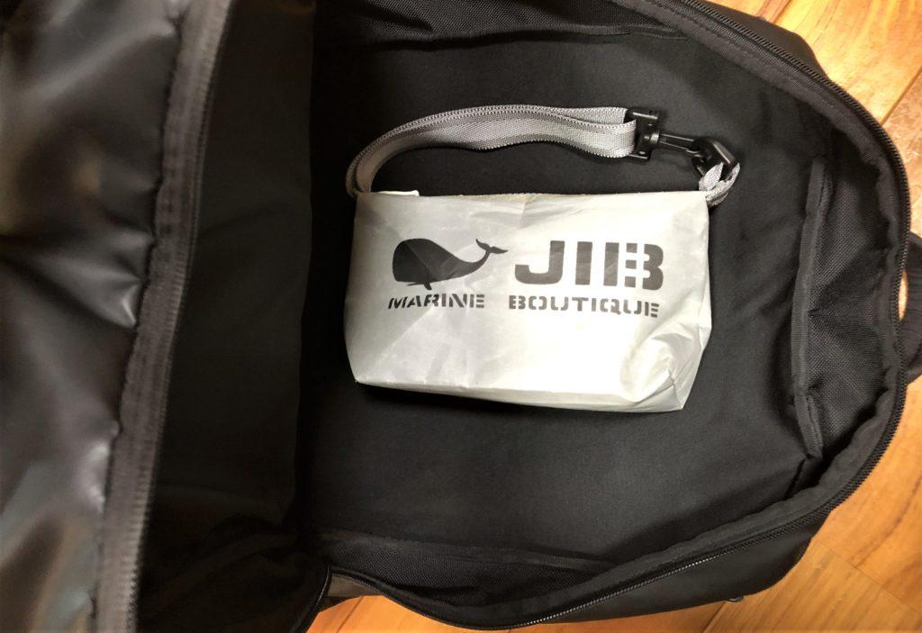 ブログ「モノオス」JIB(ジブ)のグレーのミニポーチをバッグインバッグとして使っている画像