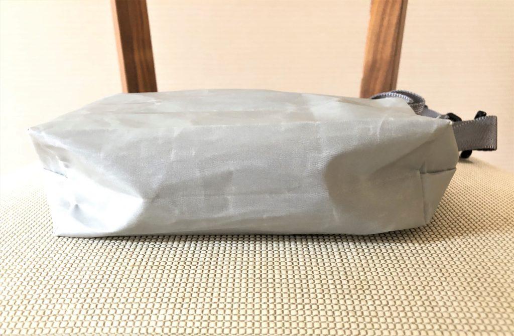 ブログ「モノオス」JIB(ジブ)のグレーのミニポーチにストラップを付けて真下から撮った写真