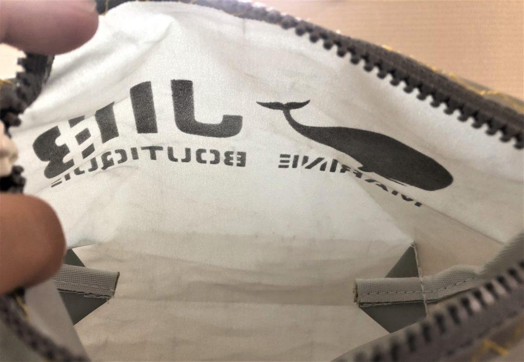 ブログ「モノオス」JIB(ジブ)のグレーのミニポーチのファスナーを開けて中を見たら透けているところがわかる写真