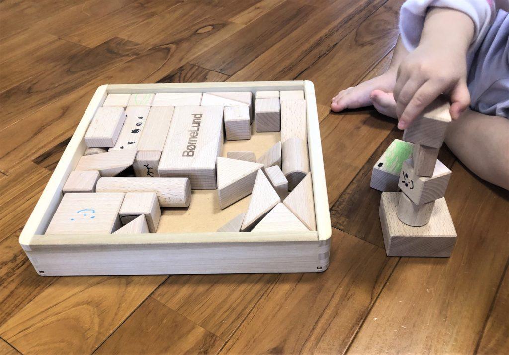 ブログ「モノオス」ボーネルンドのオリジナル積み木(白木)で子供が遊んでいる画像