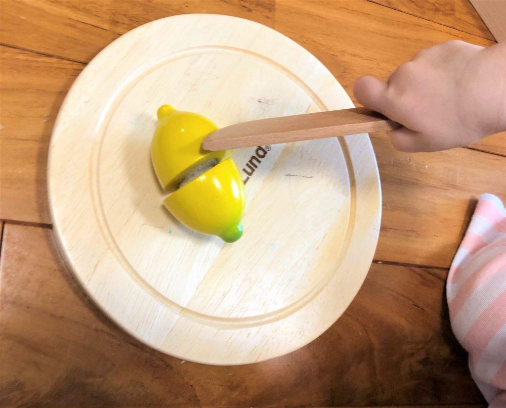 ブログ「モノオス」ボーネルンドのボーネシェフフルーツ&ベジタブルで子供がレモンを切っている画像
