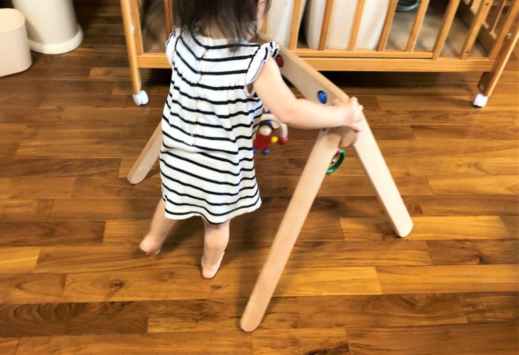 ブログ「モノオス」セレクタ社のムジーナを赤ちゃんが歩行器のようにして歩いている画像