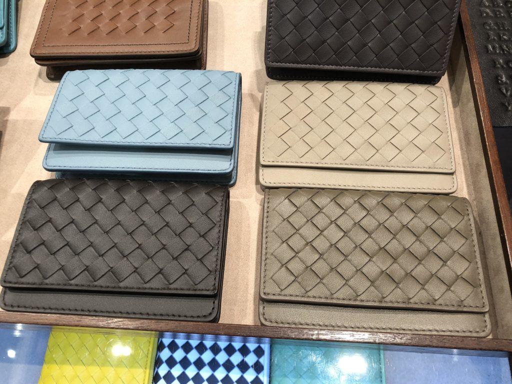 ブログ「モノオス」ボッテガヴェネタの店舗でいろんなデザインの名刺入れを出してもらって、4つのデザインに絞って撮った画像