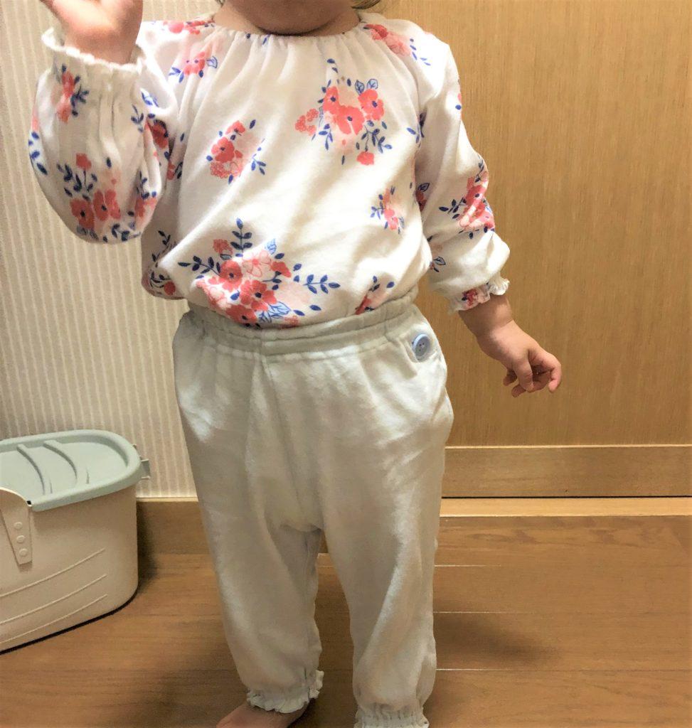ブログ「モノオス」コンビミニのベビー用パジャマを着ている子供を撮った画像