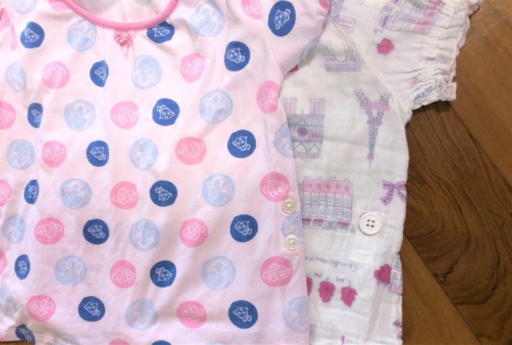 ブログ「モノオス」ユニクロとコンビミニのベビー用パジャマのズボン止めボタンを比較して撮った画像