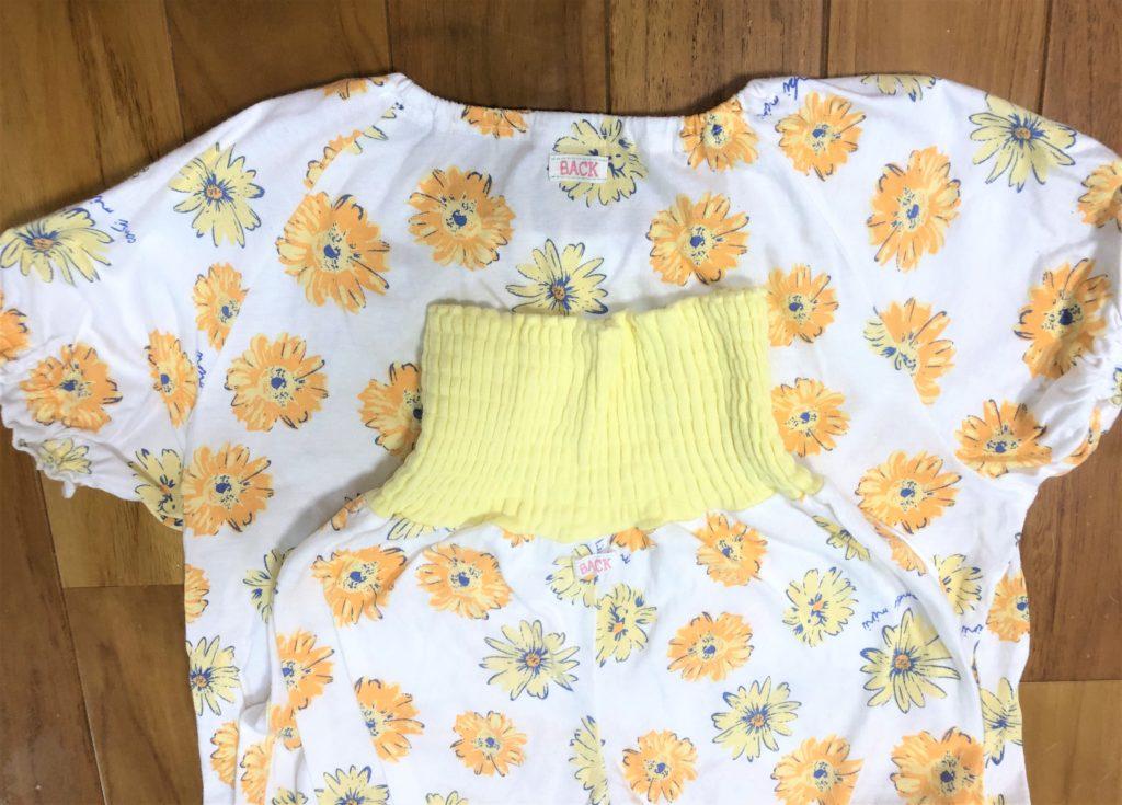 ブログ「モノオス」コンビミニのキッズ用パジャマの背中にあるBACKタグを撮った画像