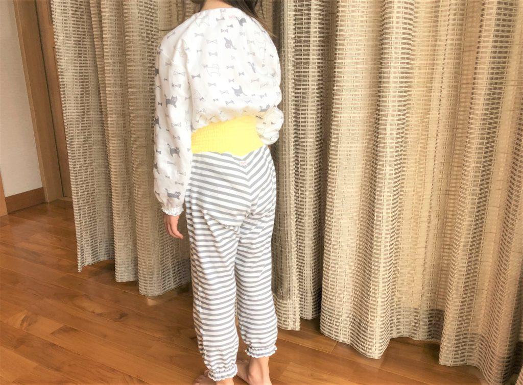 ブログ「モノオス」コンビミニのキッズ用パジャマ(ゴムありズボン)を着ている子供の後ろ姿を撮った画像