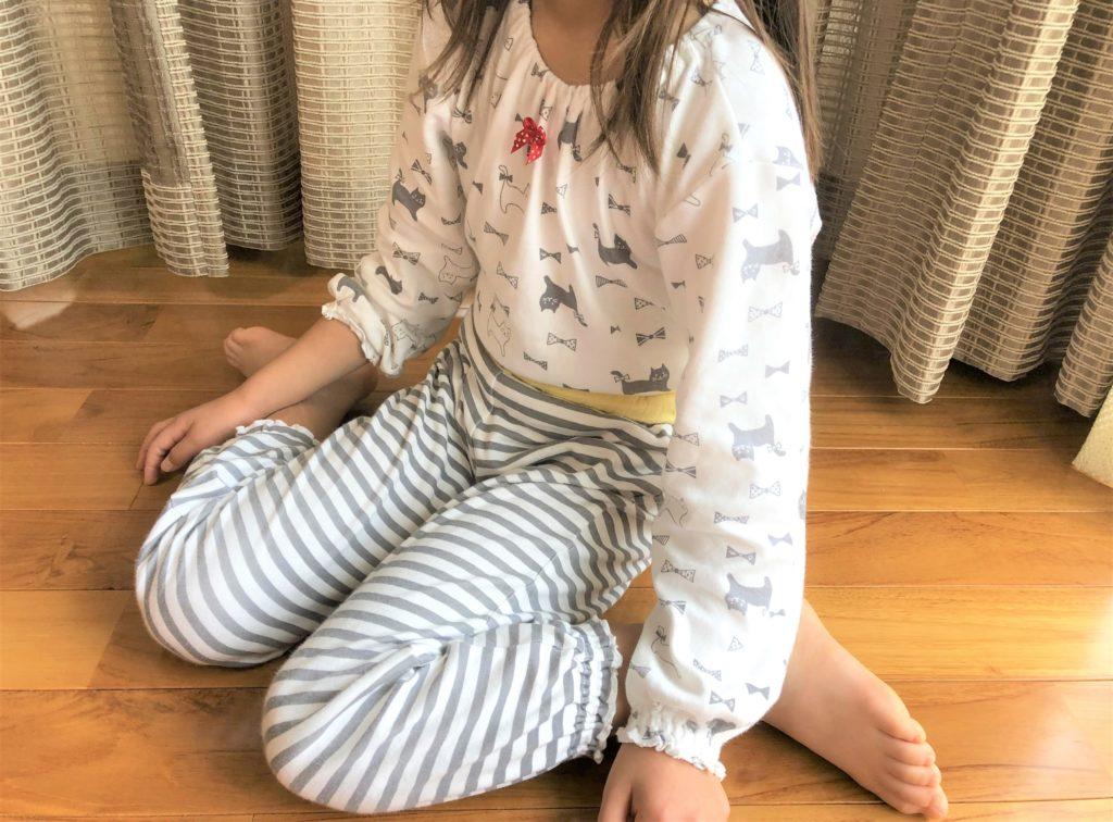 ブログ「モノオス」コンビミニのキッズ用パジャマを着ている子供の画像