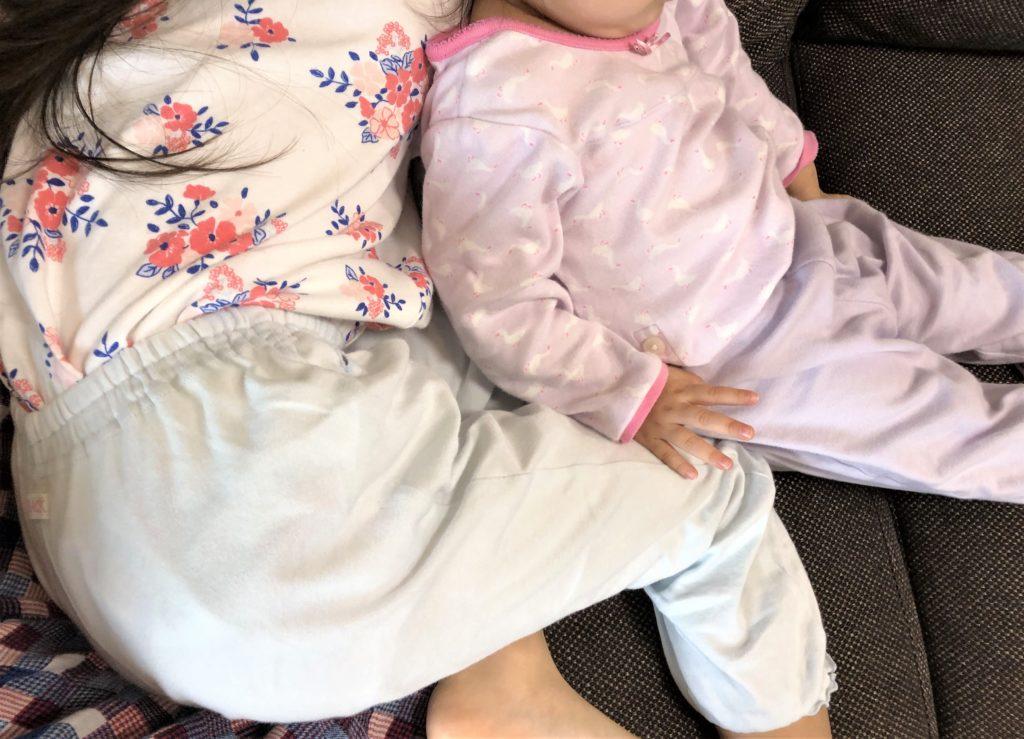 ブログ「モノオス」コンビミニのキッズ用パジャマとユニクロのベビーパジャマを着ている子供を撮った画像
