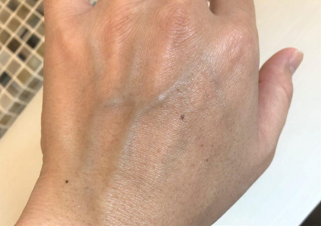 ブログ「モノオス」キールズ ハンド サルブのクリームを手に塗った直後に撮った画像